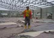 Maestro instalador de granito de mármol.