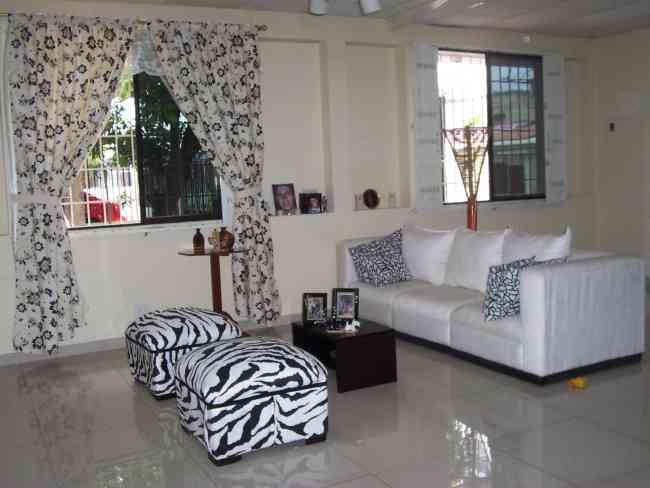 Design vendo sala moderna : Vendo sala moderna , es blanca de micro fibra con forros negros ...